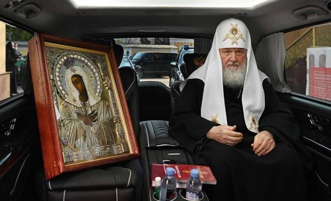 Patrik lider Rusya'da arabayla gezerek Coronavirus'e karşı dua etti