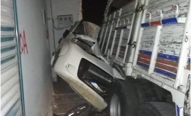 Şanlıurfa'da freni boşalan kamyon park halindeki hafif ticari aracı ezdi