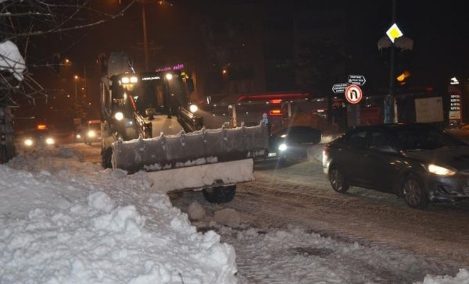 Tatvan`da yoğun kar temizleme çalışması