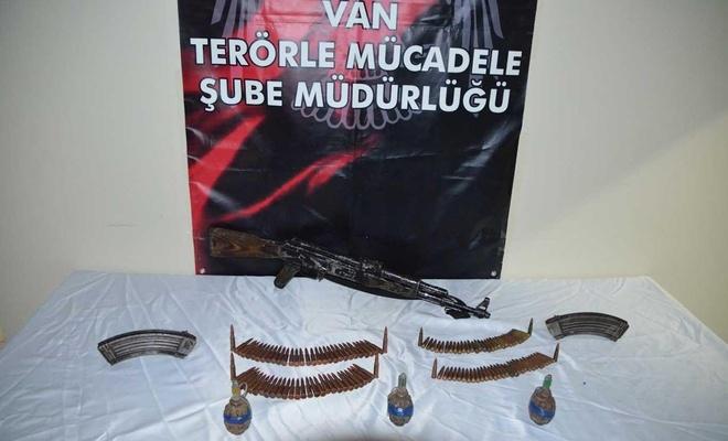 Boş araziye gömülü Kalaşnikof tüfek ve el bombaları bulundu