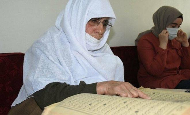 84 yaşındaki Hamide Nine Kur'an-ı Kerim öğrendi