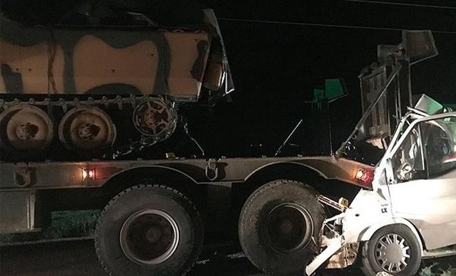 Minibüs askeri TIR`a çarptı: 3 ölü 10 yaralı
