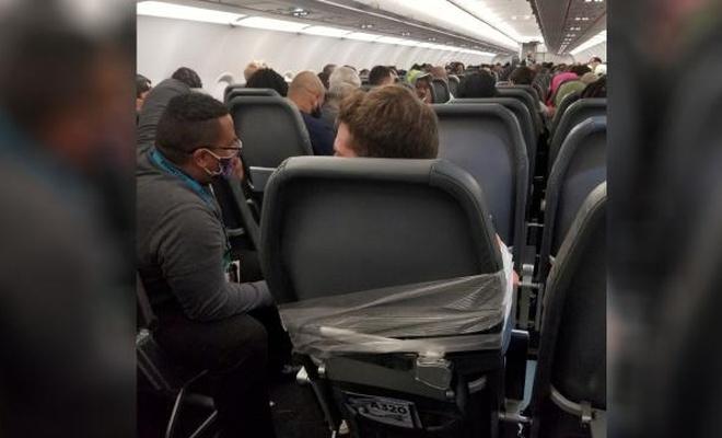 ABD'de uçuş görevlilerine saldıran yolcu koltuğa bantlandı
