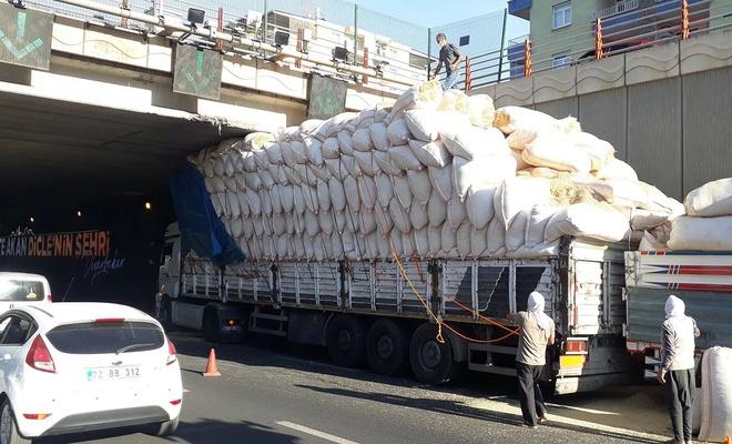 Diyarbakır'da saman yüklü TIR alt geçitte sıkıştı