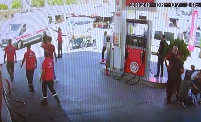 Polisin bıçaklı saldırıya uğradığı anlar güvenlik kamerasına yansıdı