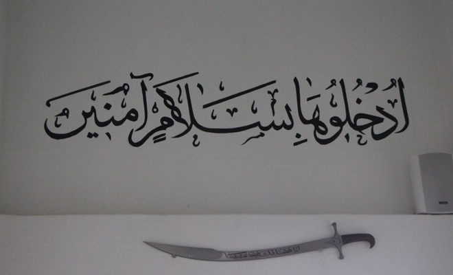 O ilçede cuma hutbesi kılıçla okunuyor