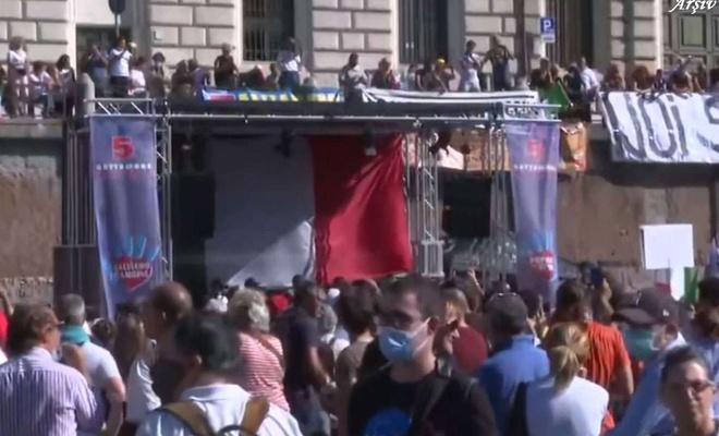 İtalya'da Covid-19'a yönelik tedbir ve uygulamalar protesto edildi