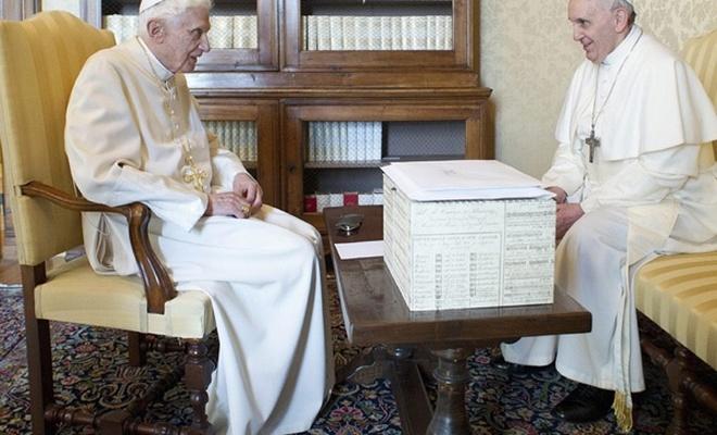 Eski Papa'dan yeni Papa'ya: Rahipler bekar kalmalı, evlenmelerine izin vermeyin