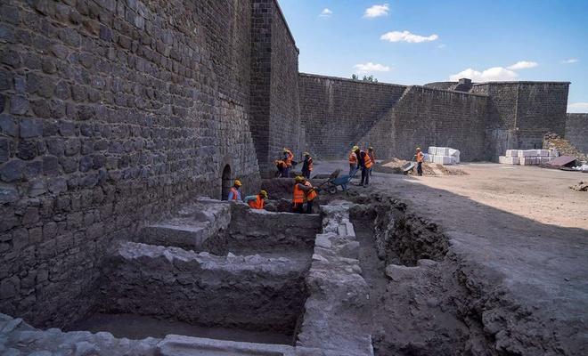 Diyarbakır Surları'nda 3 burcun kapısı ortaya çıkarıldı