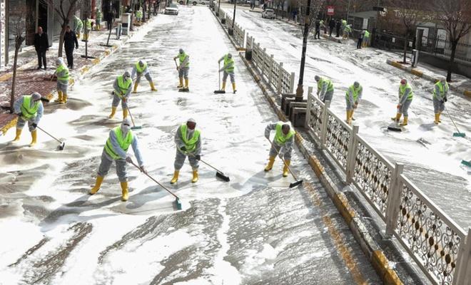 Van'da caddeler köpüklü su ve dezenfektan ile yıkandı