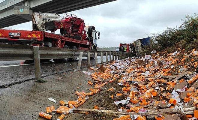 İstanbul'da temizlik malzemeleri taşıyan kamyon devrildi
