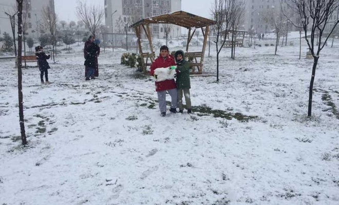 Batman'da mevsimin ilk kar sevinci yaşandı