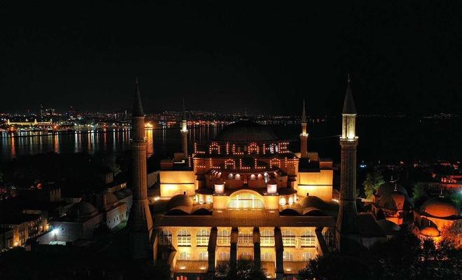 Ayasofya Camii 87 yıl aradan sonra Kadir Gecesi'nde mahya ile buluştu