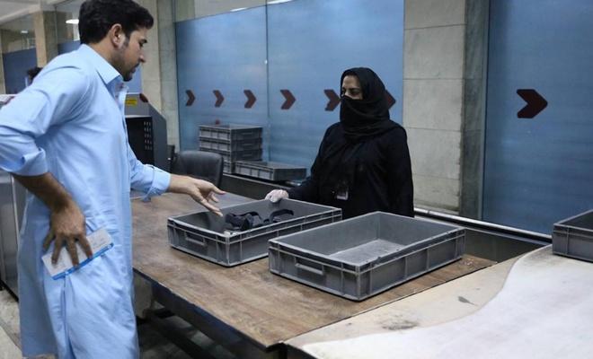 Kabil Havalimanı'nda kadın personeller yeniden işbaşı yaptı