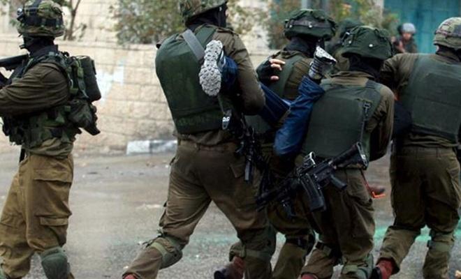 Filistinli bir kadını koruyan üç genç Siyonist güçler tarafından gözaltına alındı
