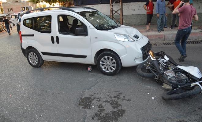 Motosiklet ile hafif ticari araç kafa kafaya çarpıştı: 2 yaralı