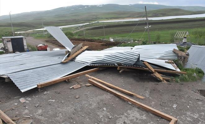 Kars'ta şiddetli fırtına evlerin çatısını uçurdu