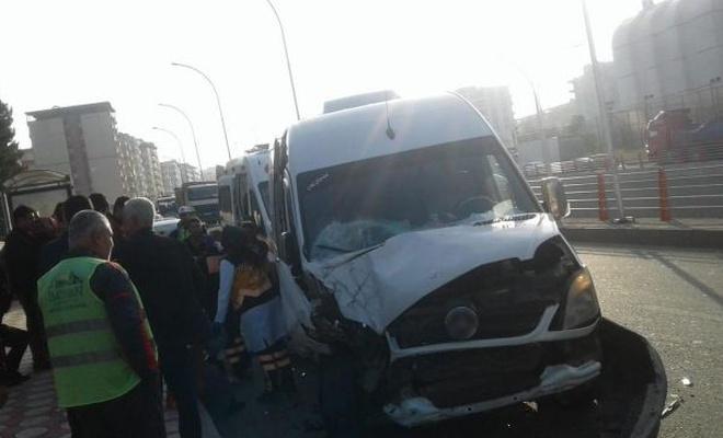 Öğrenci servisi ile yolcu minibüsü çarpıştı: 6 yaralı