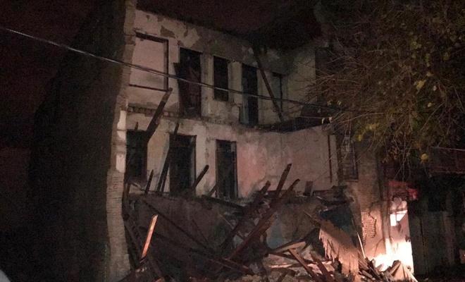 3 katlı tarihi metruk bina çöktü