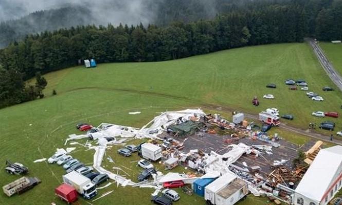 Avusturya`da panayır çadırı devrildi!