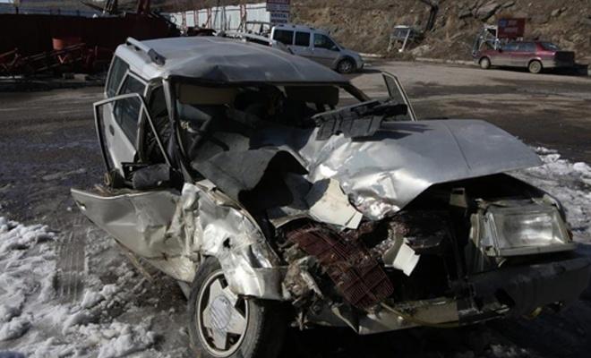 Beton mikseri ile otomobil çarpıştı: 1 ölü, 2 yaralı