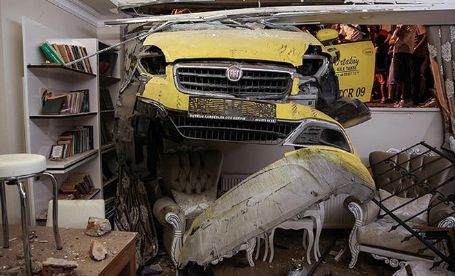 Duvarı yıkan taksi evin salonuna girdi