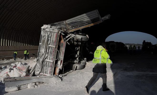 Kuzey Marmara Otoyolu'nda TIR devrildi, Trafik kilitlendi