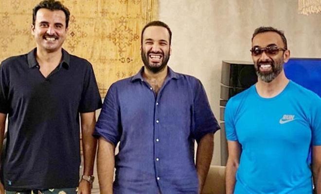 Bu adamlar niye gülümsüyor