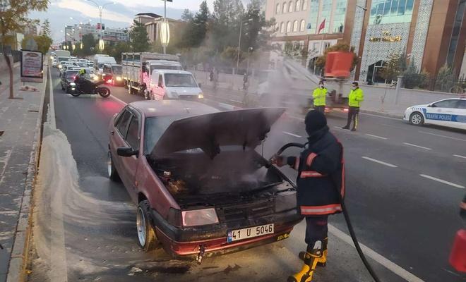 Siirt Valiliği önünde alev alan otomobilde maddi hasar oluştu