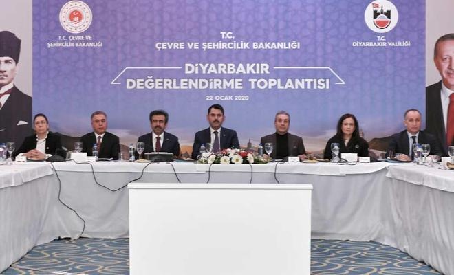 Bakan Kurum, çeşitli temaslarda bulunmak üzere Diyarbakır'a geldi