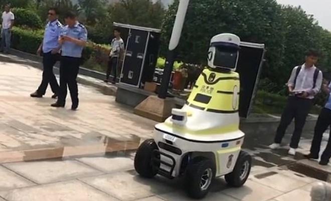 Robot trafik polisleri Çin'de göreve başladı