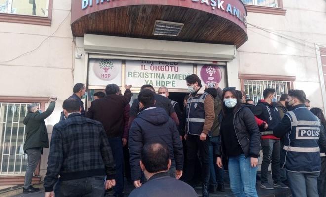 Evlat nöbeti tutan acılı babaya HDP'lilerden iğrenç saldırı