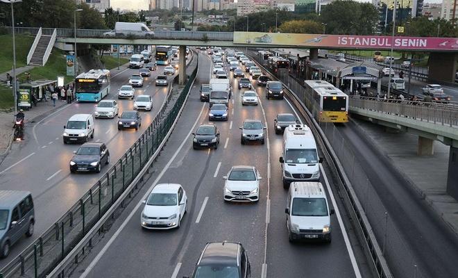 İstanbul'da toplu taşımalarda yaşanan yoğunluk sebebiyle sosyal mesafe kuralına uyulamıyor