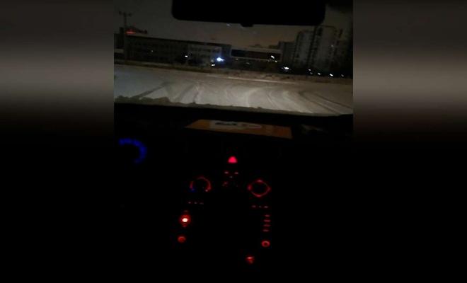Seyir halindeki araçta video çekerken kaza yaptı