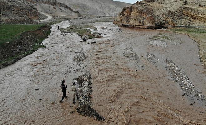 Murat Nehri'ne düşen çocuk kayboldu