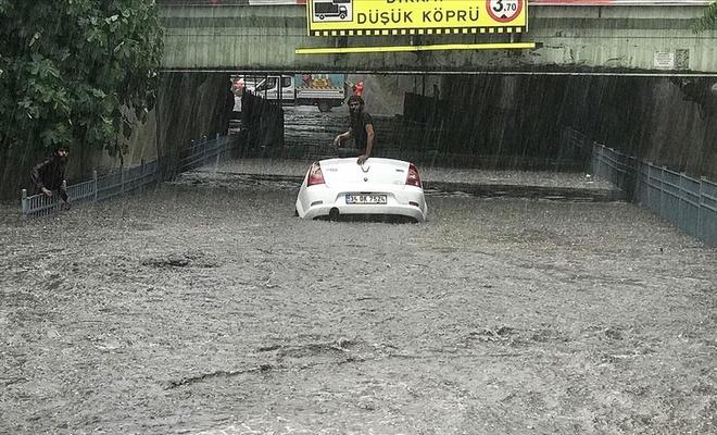 İstanbul'da sağanak zor anlar yaşattı