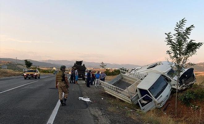 Tunceli`de kamyonetle minibüs çarpıştı: 20 yaralı