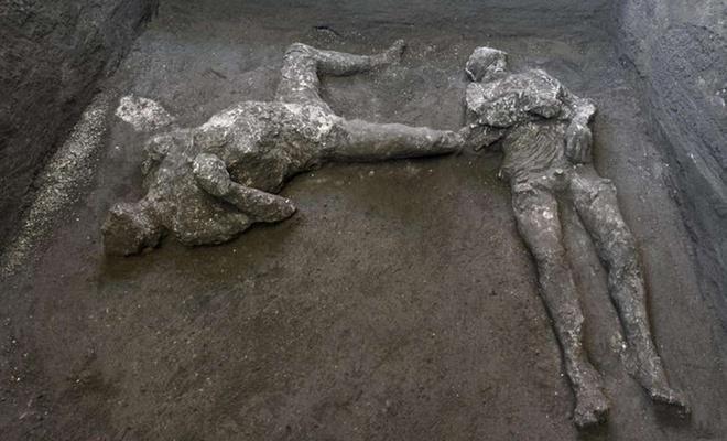 Ahlaksızlıklarıyla helak olduklarına inanılan Pompei'de külle kaplı 2 ceset bulundu