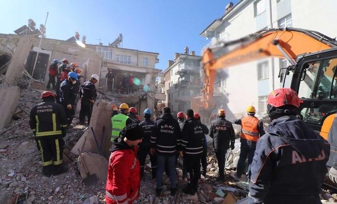 Ağrı Belediyesi de Elazığ'daki enkaz kaldırma çalışmalarına katıldı