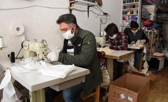Hayırsever tekstilci, atölyesinde ürettiği maskeleri ücretsiz dağıttı