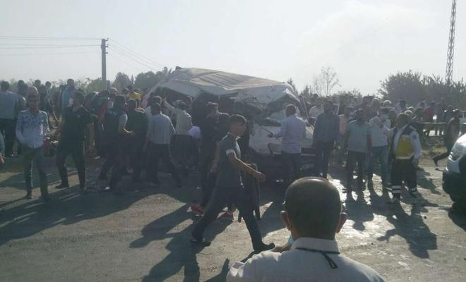 Tarım işçilerini taşıyan minibüs kaza yaptı: 2 ölü 20'yi aşkın yaralı