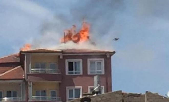 Niğde'de 7 katlı apartmanın çatısında yangın çıktı