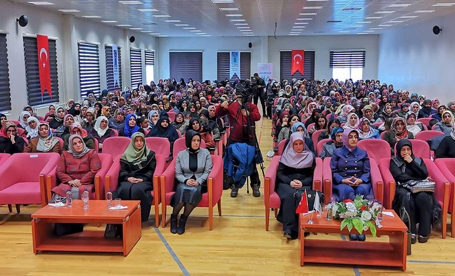 """Van'da """"Geçmişten Günümüze Kadın"""" konulu konferans düzenledi"""