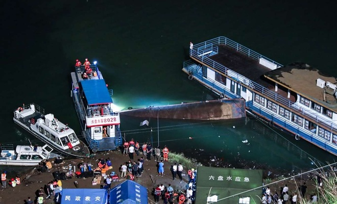 Çin'de yolcu gemisi alabora oldu: 9 ölü