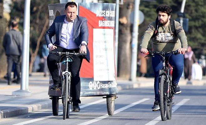 Hem belediye başkanı adayı, hem seçim aracı sürücüsü, hem de seçim konvoyu