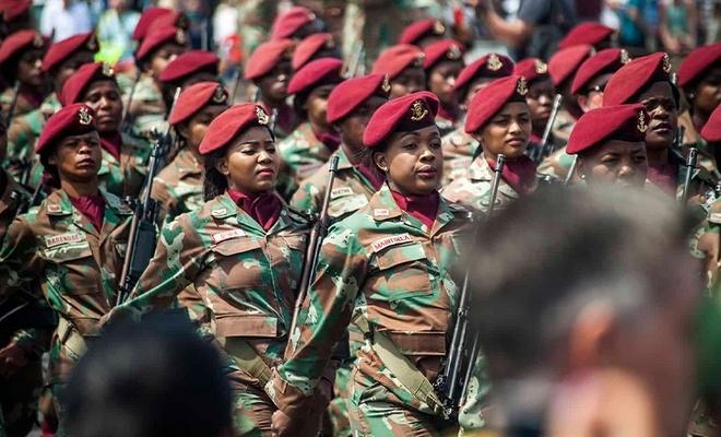 Güney Afrika'da Müslüman kadın askerler başörtüsü takabilecek