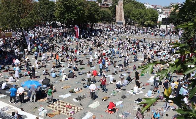 Türkiye ve dünyadan binlerce kişi Ayasofya'da cuma namazı kılmak için İstanbul'da
