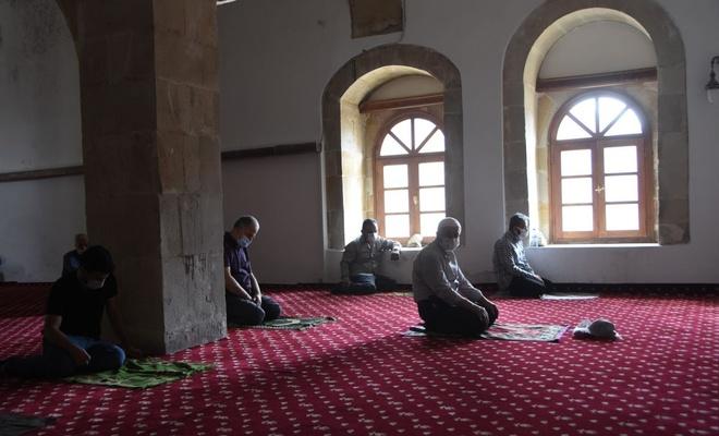 Uçurum kıyısındaki 840 yıllık camiye gitmek için dağa tırmanıyorlar