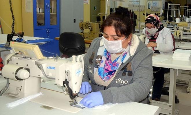 Avcılar'da Halk Eğitimi Merkezi'ndeki öğretmenler gönüllü maske dikimine başladı