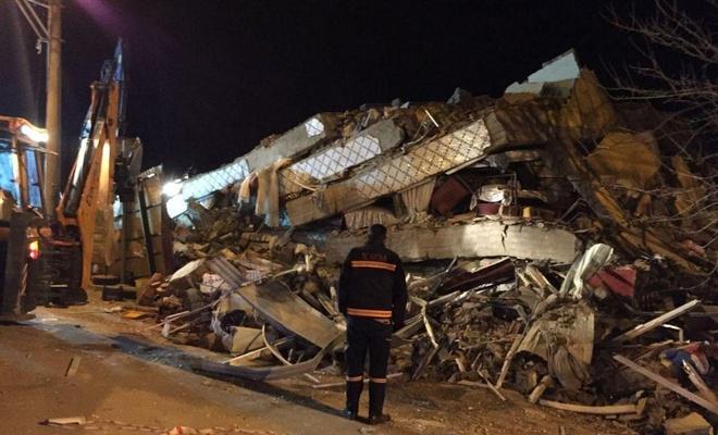 Elazığ'da 6,8'lik deprem: Elazığ'da 13 Malatya'da 5 kişi hayatını kaybetti